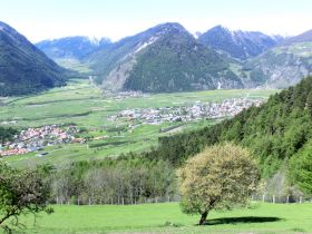 Bezaubernde Aussicht in den Obervinschgau vom Lechtlhof im Frühling
