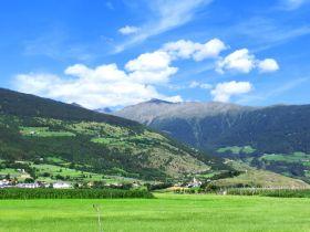 Blick auf den Lechtlhof (links oben) oberhalb von Mals, rechts der Tartscher Bichl, auch Tartscher Bühel genannt