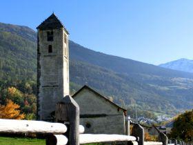 Romantisches Kirchlein St. Benedikt in Mals